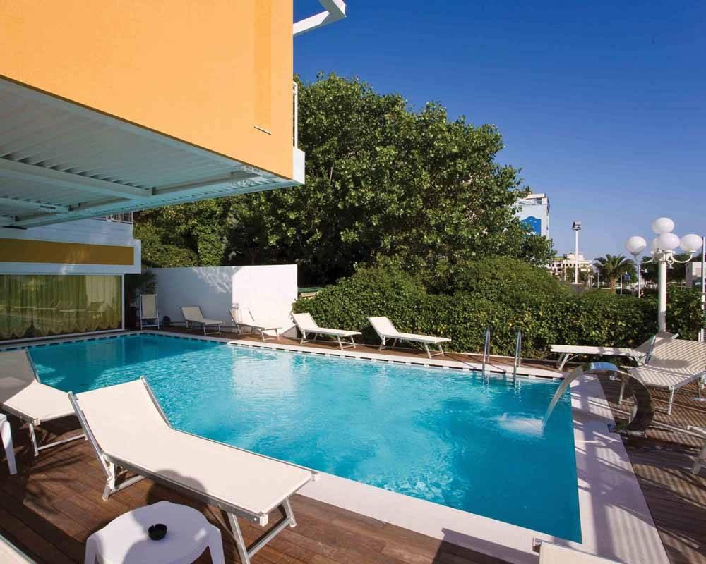 Una vacanza 4 stelle con piscina al roma di riccione hotel roma - Hotel piscina roma ...